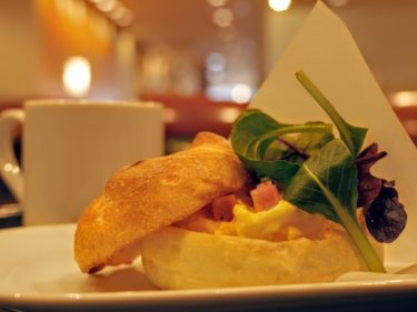 【ベローチェのモーニングが神】カイザーパンの玉子サンド!とろとろ卵&分厚いベーコンがたまらなーーーーい!